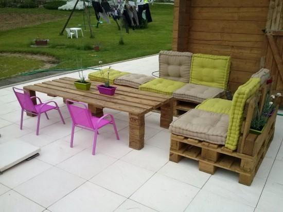 Faire des meubles avec des palettes de bois recycl es - Fabriquer un salon de jardin ...